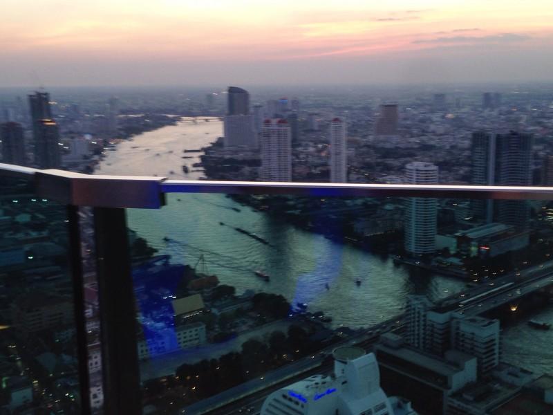 sky bar lebua hotel bangkok rooftop bar dusk sunset chaophrayariver skyline city views skelly